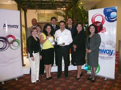 Ximena Portillo, Gerente de Marca de  Amway Centroamérica y Jaime Blanco, Gerente General de Amway Guatemala, junto a  líderes empresarios, durante el lanzamiento de la nueva línea ecológica.