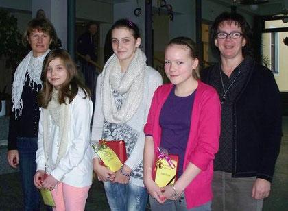 Die Siegerinnen des Vorlesewettbewerbs Madeleine Merl, Emily Schreier und Sabrina Goj mit ihren Klassenleiterinnen Marion Weber und Andrea Doblinger