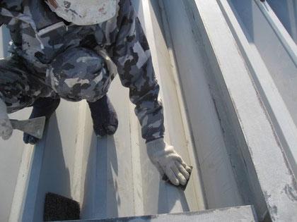 金属屋根のケレン・研磨状況。塗装前
