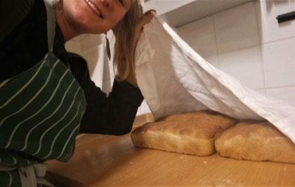 Praktikantin Hannah beim Brotbacken (Foto: Hannah Eckinger)