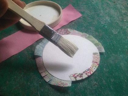布をノリで貼る_05/カルトナージュの作り方 ©Atelier Z=Grace
