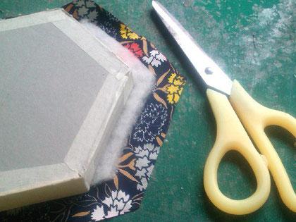 布をカットする_04/カルトナージュの作り方 ©Atelier Z=Grace