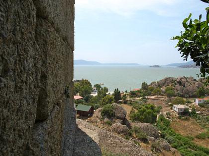 Blick vorbei am Athenatempel. Am Horizont hinter der Insel sieht man die flache Ebene, die einst Zugang zum Mittelmeer war