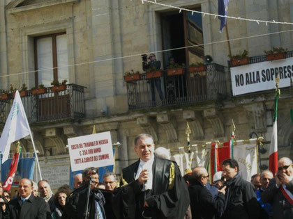 L'Avv. Timpanaro arringa la folla -Manifestazione del 24 febbraio 2012 (Sciopero generale con tutti i sindaci del circondario,la Deputazione nazionale e regionale e l'Avv. De Tilla, Presidente nazionale dell'O.U.A.)