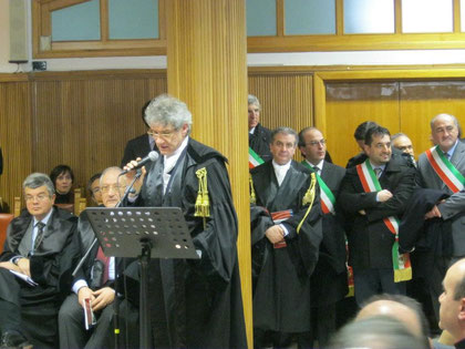 L'intervento del Presidente Distrettuale del C.O.A. di Caltanissetta Avv. Giuseppe Iacona. Sullo sfondo i Sindaci intervenuti in segno di protesta per la paventata soppressione del Tribunale di Nicosia.