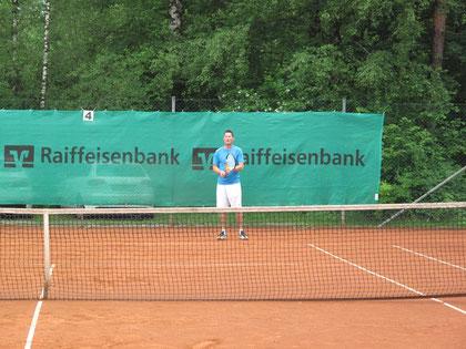 Benjamin Wilk (FC Seeshaupt, Tennisabteilung) konnte kurz nach erfolgreich abgeschlossener Physiotherapie den ersten Turniersieg einfahren