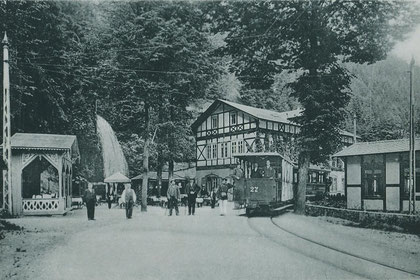 Die historische Kirnitzschtalbahn um das Jahr 1900 an der End- station, dem Lichtenhainer Wasserfall