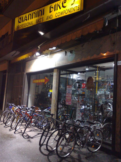 L'ingresso del negozio di Via Appia Casapulla (Ce)