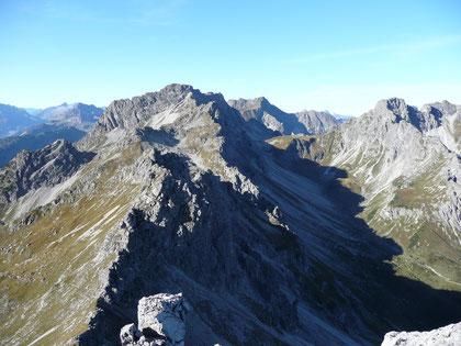 Blick vom Alpgundkopf auf Roßgundkopf und Schafalpenköpfe sowie Fiderepasshütte...