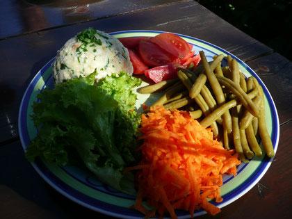 Hausgemachte Knödel mit Salat.