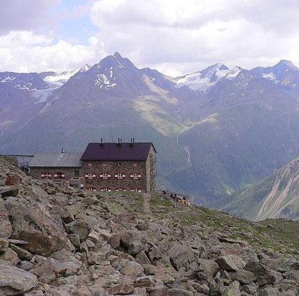 Breslauer Hütte mit Großem Ramolkogel im Hintergrund