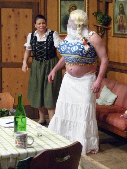 """Haremsdame """"Rosine"""" (Udo Gramespacher) neben Mathilde (Silvia Trefzer)  Bilder und Text: mki"""