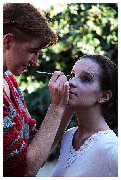 Visa Rebekka beim schminken zur Besessenen Julia