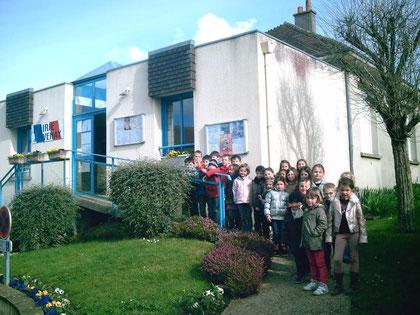 Le groupe d'enfants devant la mairie -visite du bureau de vote