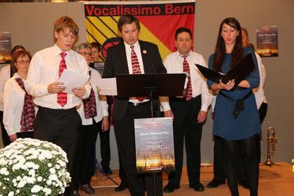 """Der Chor mit den Solisten und dem Instrumentalensemble auf der Bühne:  """"Schon die Abendglocken klangen"""""""