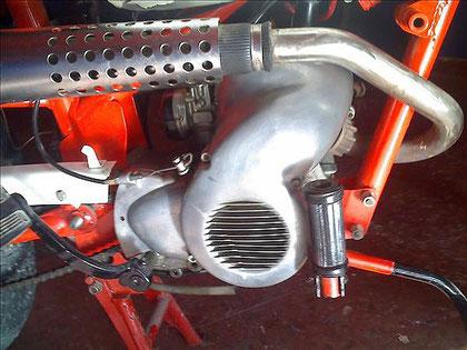 Lateral derecho, con la tapa de  refrigeración que cubre el motor
