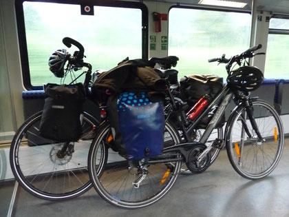 zwei Räder in einem Fahrradabteil der Bahn