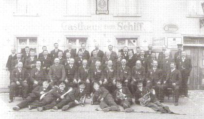 Militärverein mit der Musikkapelle im Jahr 1890