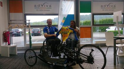 Teamchef Torsten Purschke übergibt in den Raumen von unserem neuen Kooperationspartner adViva das Trikot und das neue Bike an Renata Kaluza