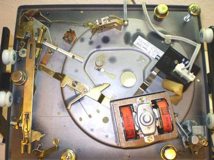 DUAL 1218 ohne Mechanik im Reparaturbock