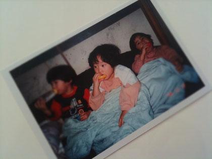 ▲子供達が小さかった頃の写真は、壮絶な生活を後ろのふすまが物語っています。