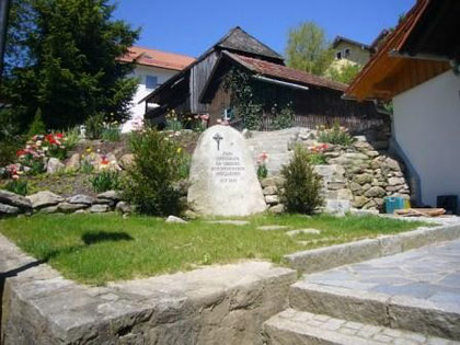 Gedenkstein im Frühjahr 2008