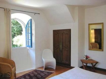 Großes Schlafzimmer mit bretonischem Einbauschrank und Panton-Stuhl.