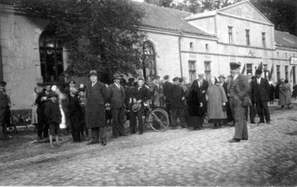 Vor 1945 - Treffen zur Fahnenweihe vor dem Gasthaus Schwaiger
