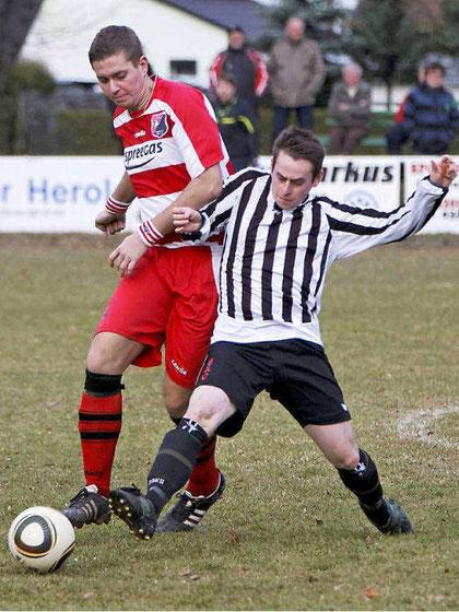 SV Calau Spieler Johannes Linner (r.) erobert sich gegen Maik Druschke (l.) den Ball. (Foto: lr-online)