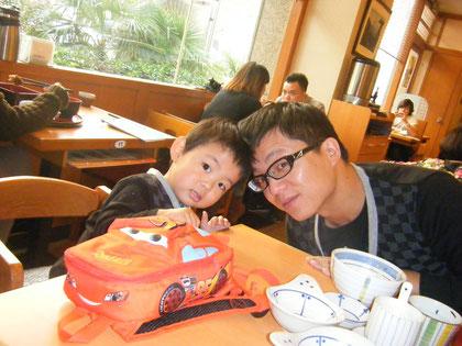 中国人の夫は子育てにも協力的。義母と共に、働くママの心強い味方です。