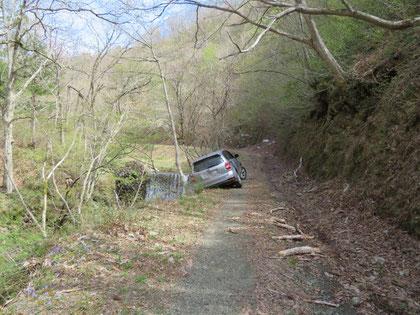 衝撃! 谷へ転落寸前の車。