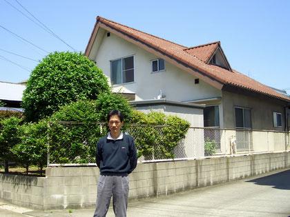 取り壊す直前の、亡き父の形見の家(築32年)と私。