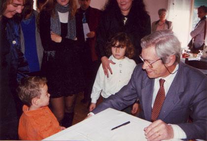 19.10.1997: Paludetti ha appena regalato un disegno a Matteo un           piccolo fan,