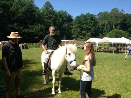 Unser Vorstand testet das Isländer-Pony! Die Kinder können kommen!