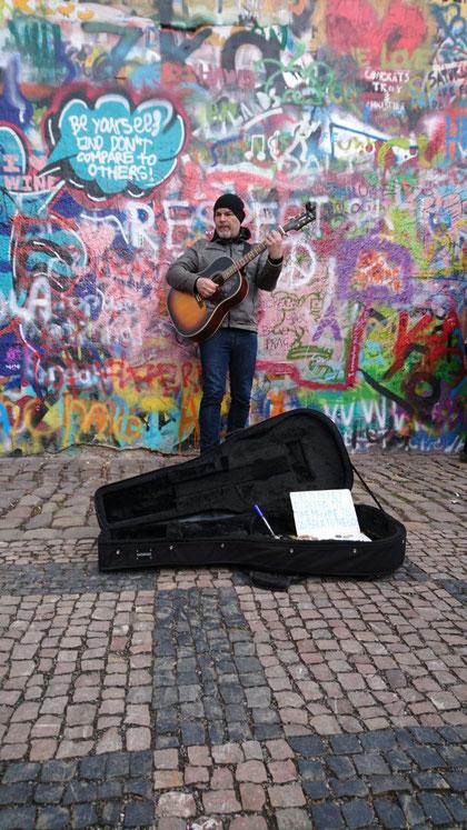 """(c) Reisebüro Wahl GmbH Wurzen - Straßenmusiker an der """"John Lennon Wall"""""""