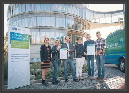 Freuen sich auf die Zusammenarbeit: (v. l.) Britta Schneider (IHK), Mariella Groen und Michael Krimpmann (Sekundarschule Hassel) sowie Annika König, Niklas Sadlowski und Niklas Rudnik (GELSENWASSER AG).