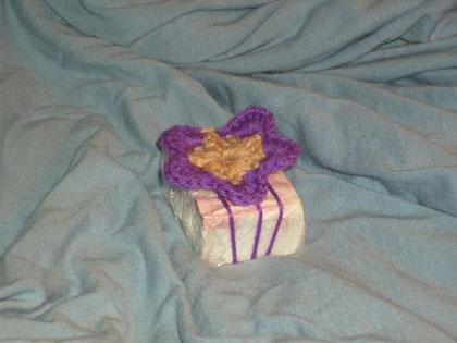 Häkelblume als Geschenkverpackung