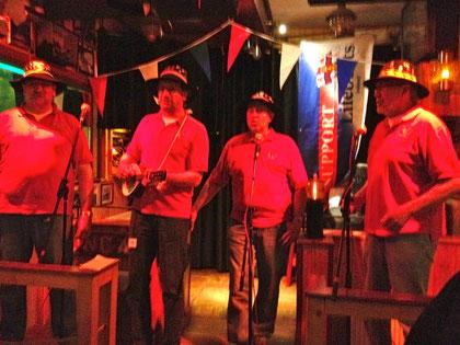 Auf der Bühne von Harrys Bar