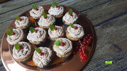Rezeptvorschau auf ein Backrezept aus Dinkel-Dreams 3 für selbstgebackene Preiselbeer-Cupcakes mit Honigglasur und Zimtsahne, dekoriert mit roten Johannisbeeren. Von K.D. Michaelis