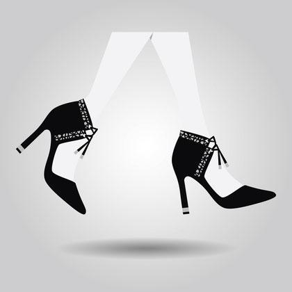 Füße in schwarzen Schuhen mit hohem Absatz, die über den Boden schweben.