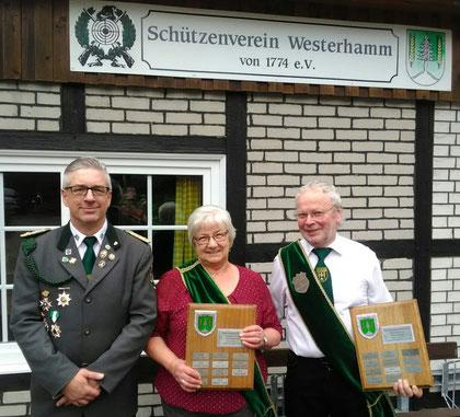 Präsident Glyschewski mit den Seniorenbesten Rosi Tiedemann und Klaus von der Fecht (Foto Glyschewski)