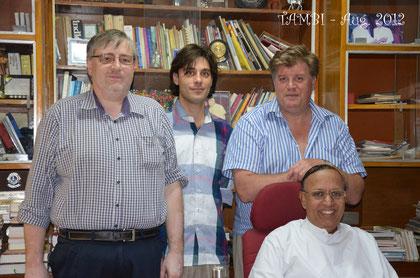 De gauche à droite : Président fondateur de TAMBI, Guillaume RENAUD, Marc BEHIN et le Père Kurian THOMAS - Asha Nivas - Août 2012