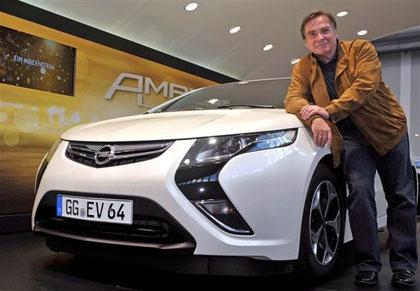 Opel Ampera mit  Schauspieler Elmar Wepper