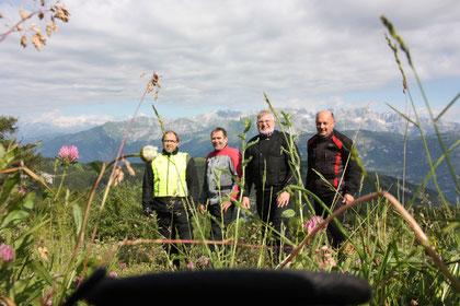 Auf der Passhöhe des Monte Bondone    Bildhintergrund: die Brenta-Gruppe