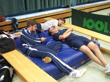 """Sebi, Max und Nico bei ihre Paradedisziplin, dem """"Einspielen ohne Schläger"""""""