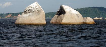 Ein vom Blitz gespaltener Fels in der Einfahrt zum Hafen von Paquetá