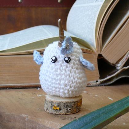 personnage totem fantastique pioucorn, oiseau licorne, fait à la main au crochet