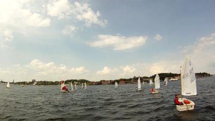 Niklas mit rotem Segel, Peter zwei Boote gesehen rechts von Niklas, Pontus am weitesten entfernt gerade aus