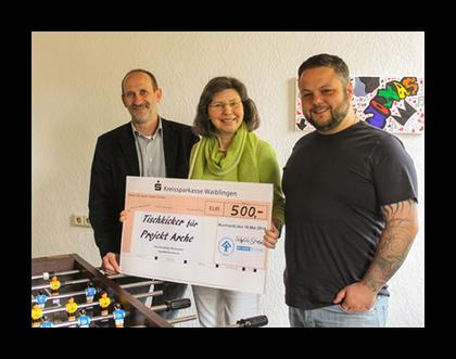 Scheckübergabe: (v.l.) Uwe Jansch (Abteilungsleiter Paulinenpflege), Sibylle Strobel (Vorsitzende Kinderschutzbund Murrhardt), Markus Gentner (Projektleiter Arche)