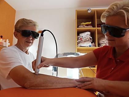 Lasertherapie Aktivierung von Stoffwechselprozessen Laserlicht Lichttherapie PhysioPlus Delgrosso Widnau Au Heerbrugg Balgach Berneck Diepoldsau Rebstein Rheintal